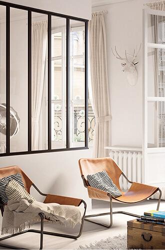 agencement de deux chaises dans une pièce