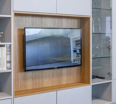 Meuble TV avec TV accroché au mur