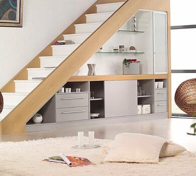 Rangement sous pente d'escalier